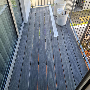 Neuer Balkon mit Geländer und Längs-Holz-Lattung