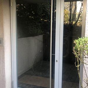Hauseingangstüre aus Stahlprofilen und CNS-Stange