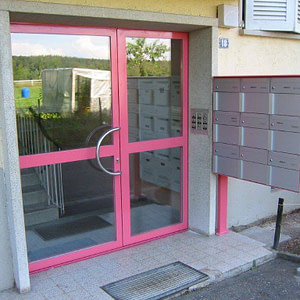 Briefkasten-Anlage mit Türe