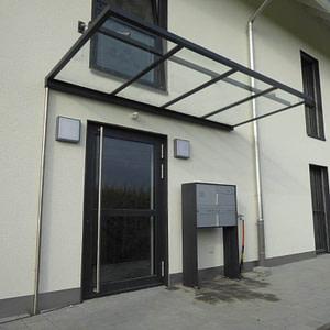 Briefkasten-Anlage mit Türe und Vordach bei MFH