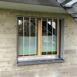 Fenstergitter bei Stahltreppe
