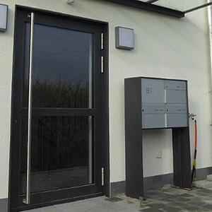 Briefkasten-Anlage mit Türe und Vordach
