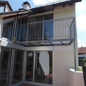Neuer Balkon mit Geländer aus Träger, Flachstahl, Rundstahl und Rundrohr