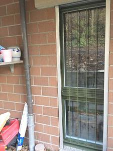Fenstergitter beim Wohnbereich aus Flachstahl-Rahmen und Staketen