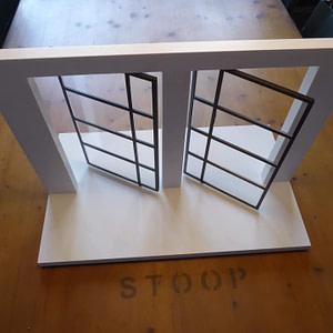 Modell von Pendeltüren aus Vierkantstahl mit eingepasstem Plexyglas