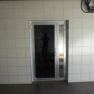 Neue Technikraumtüre aus Stahlprofilen, Glasfüllung und Türschliesser