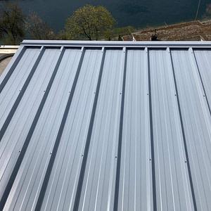 Neues Wellenblechdach für Klimagerät aus Aluminium-Unterkonstruktion