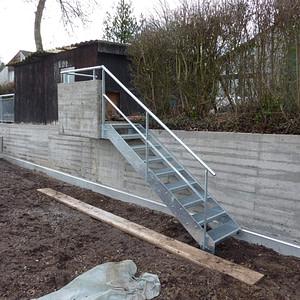Neue Gitterrosttreppe mit Geländer
