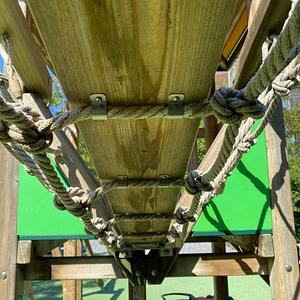 Neue Netzhalterungsbügel aus Chromstahl bei Spielplatz