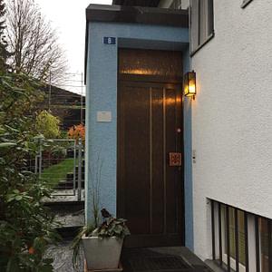 Alte Türe ohne Vordach