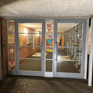 Neue Eingangstüre aus Profilstahlrohr-System mit CNS-Drücker beim Schulhaus