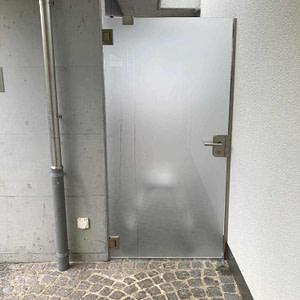 Neue Türe aus Einscheibensicherheitsglas