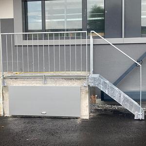 Geländer aus Flachstahlrahmen und Rundstaketen, Stahlwangen-Treppe mit Gitterrosttritten